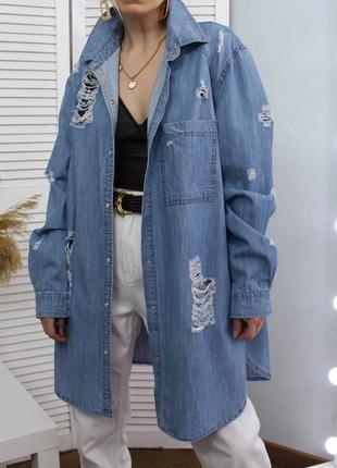 Подовжена джинсова сорочка-плаття з рваностями
