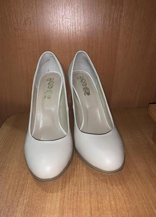 Туфли бежевые кожаные 38 р.