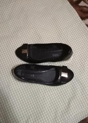 Женские лаковые туфли с бантиком.