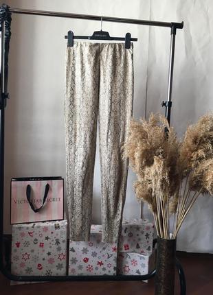 Крутые замшевые штаны под питона от na-kd