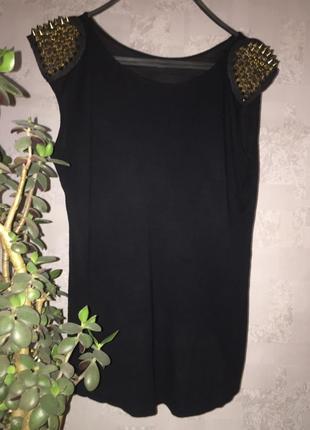 Стильная, шикарная, модная черная футболка с золотыми шипами на плечах оверсайз. англия