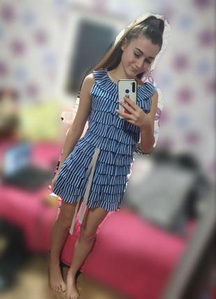 Синее платье в белую полоску