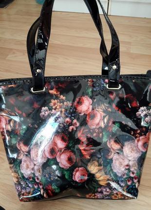 Лаковая сумка в цветочный принт