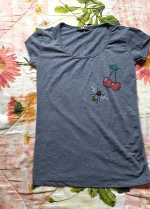 Футболка вишни и пчела