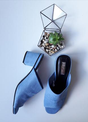 Крутые голубые босоножки сабо на каблуках тренд