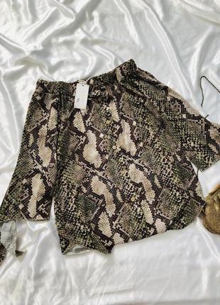 Блуза в змеиный принт с опущеными плечами