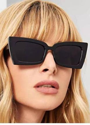 Стильные чёрные очки оригинальной формы