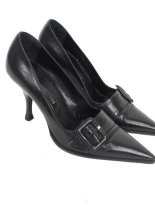 Черные туфли-лодочки с пряжкой на среднем каблуке