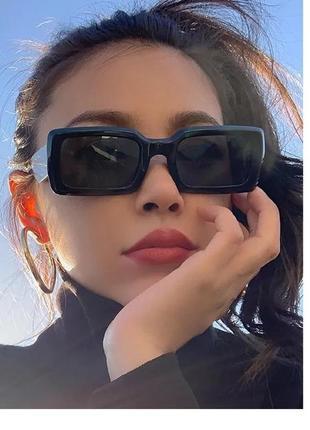 Стильные прямоугольные чёрные очки