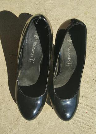 Чорні лакові туфлі на високому каблуку