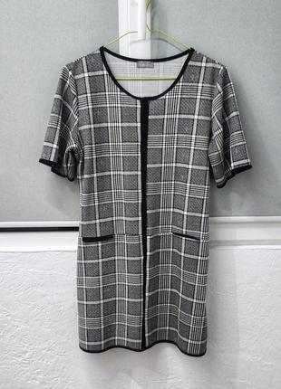Мини платье в клетку, черно белое, с коротким рукавом.