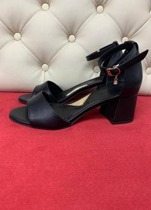 Кожаные черные женские босоножки на каблуке 5 см