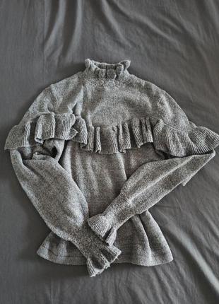 Трендовый свитер с рюшами