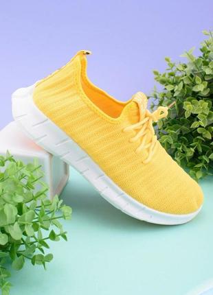 Женские желтые кроссовки на шнуровке