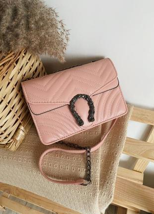 Пудровая сумка- клатч стёганная с фурнитурой подковой на цепочке