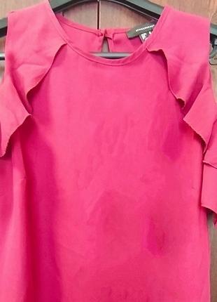 Блуза с вырезом на плечах и рюшами