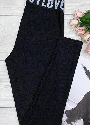 Черные молодежные лосины с принтованной резинкой.