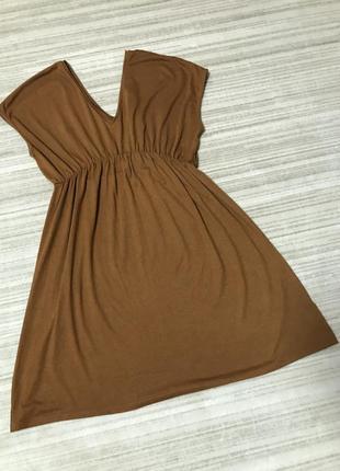 Лаконичное платье рыжего цвета