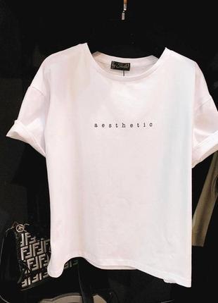 Стильные футболки в цветах с надписью