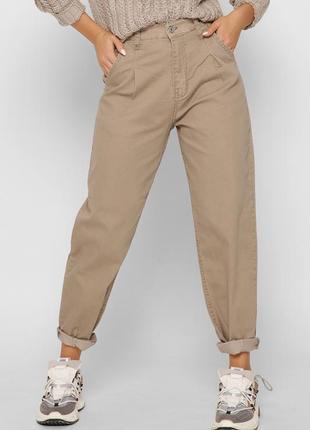 Бежевые джинсы мом