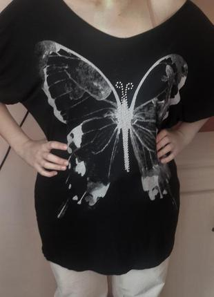 Черная футболка на одно плечо