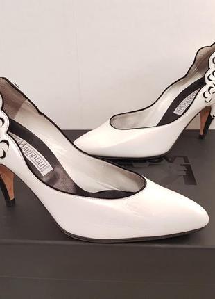 Роскошные эффектные кожаные туфли на удобном каблучке cesare martinoli made in italy