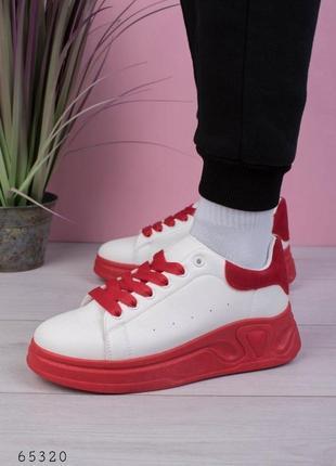 Женские бело-красные кроссовки на шнуровке