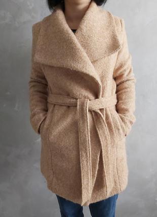 Бежевое пальто mohito