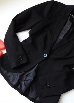 Черный базовый пиджак.