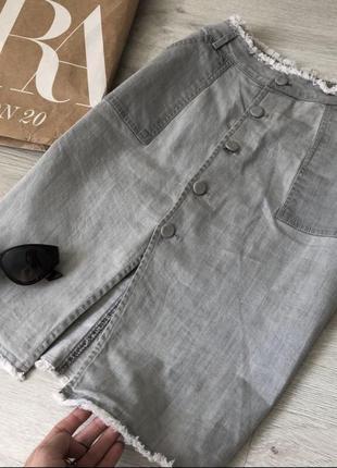 Сіра джинсова спідниця з необробленими краями
