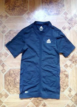 Черная спортивная футболка adidas.