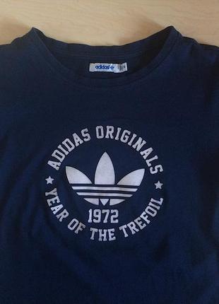Темно-синяя футболка adidas