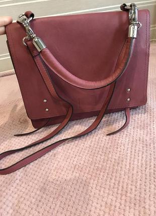 Прямоугольная сумочка с ручкой и съемной меховой деталью