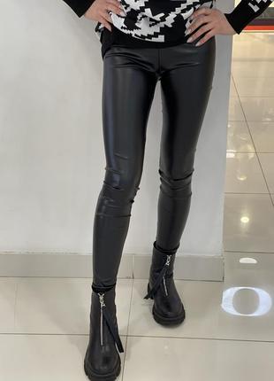 Модель 2021 чёрные кожаные лосины по фигуре штаны с высокой посадкой с напылением экокожи4 фото