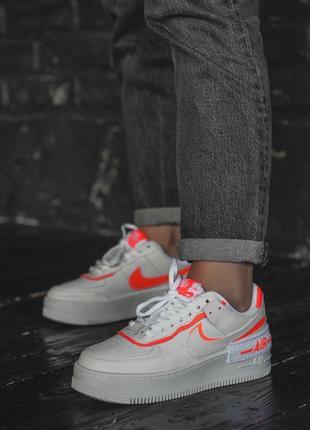 Белые кроссовки с цветными вставками