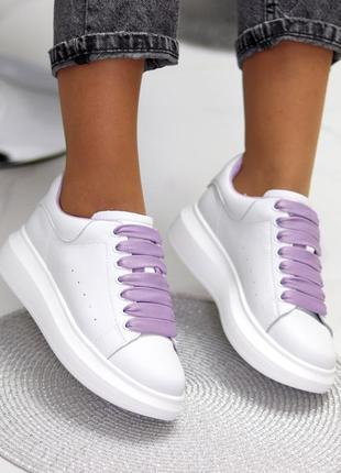 Белые кроссовки под бренд крипперы с лиловыми шнурками