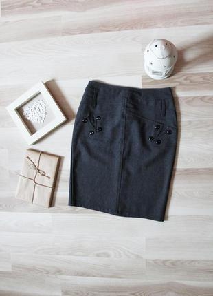 Классическая юбка с декоративными пуговицами на молнии
