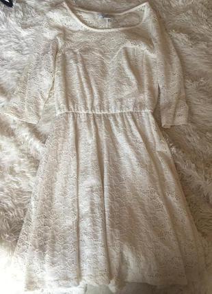 Белое кружевное платье цвета слоновой кости
