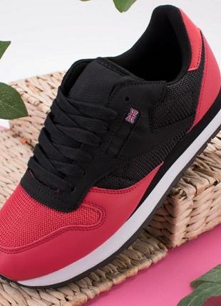 Черно-красные кроссовки на шнуровке