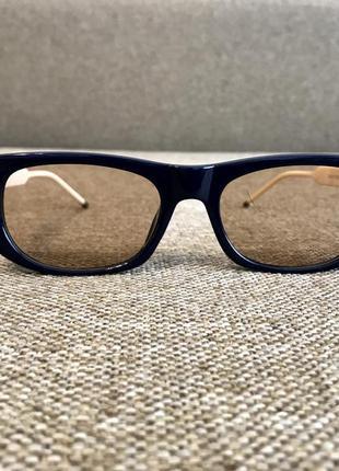 Новые солнцезащитные очки в синем цвете.