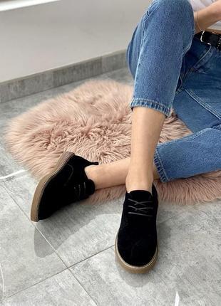 Мягкие черные туфли на низком каблуке со шнуровкой