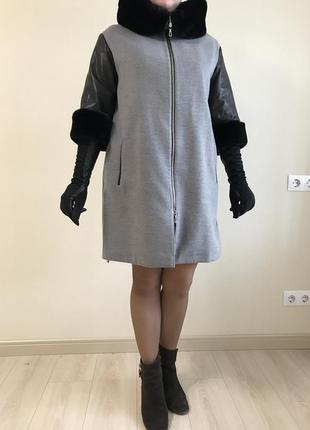 Пальто демисезонное levinson с кожаным рукавом 3/4 меховой воротник