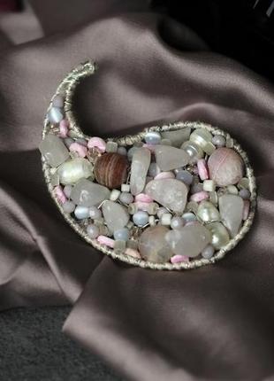 Брошь плетёная из бисера и натуральных камней «пыльная роза» ручная работа
