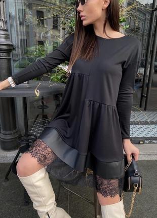 Стильное платье-разлетайка свободного кроя с кружевом и эко кожей оверсайз