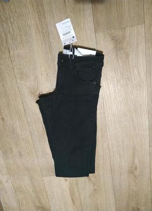 Новые джинсы bershka skinny с високой посадкой необработанный край черные