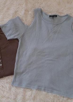 Нежный топ футболка в рубчик с открытыми плечами