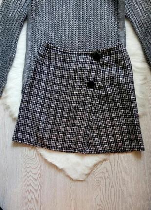 Серая твидовая короткая юбка в черную клетку полоску с пуговицами на запах zara мини