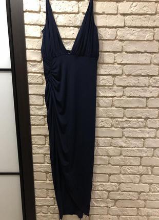 Женственное красивое платье с разрезом и декольте