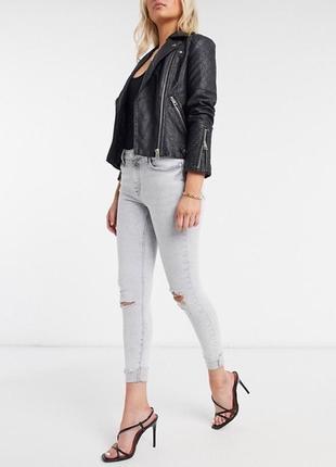 Светлые джинсы скини с дырками