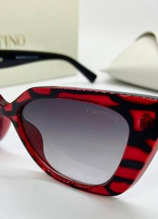 Стильный женский солнцезащитные очки.